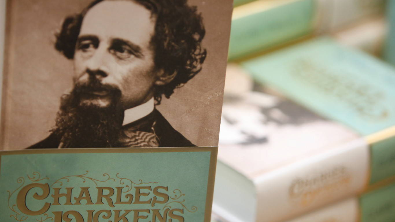 Dickens_Book_5557_1366x768_16-9_sRGBe